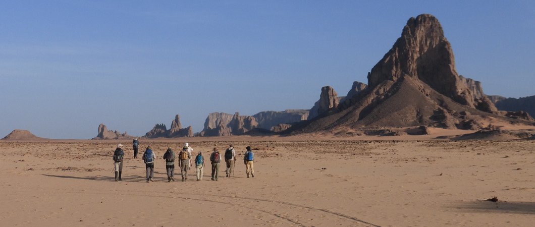Chad team desert trekking image in the Sahara