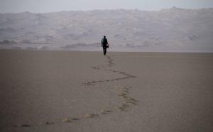 Lone trekker crosses Iran's Lut Desert