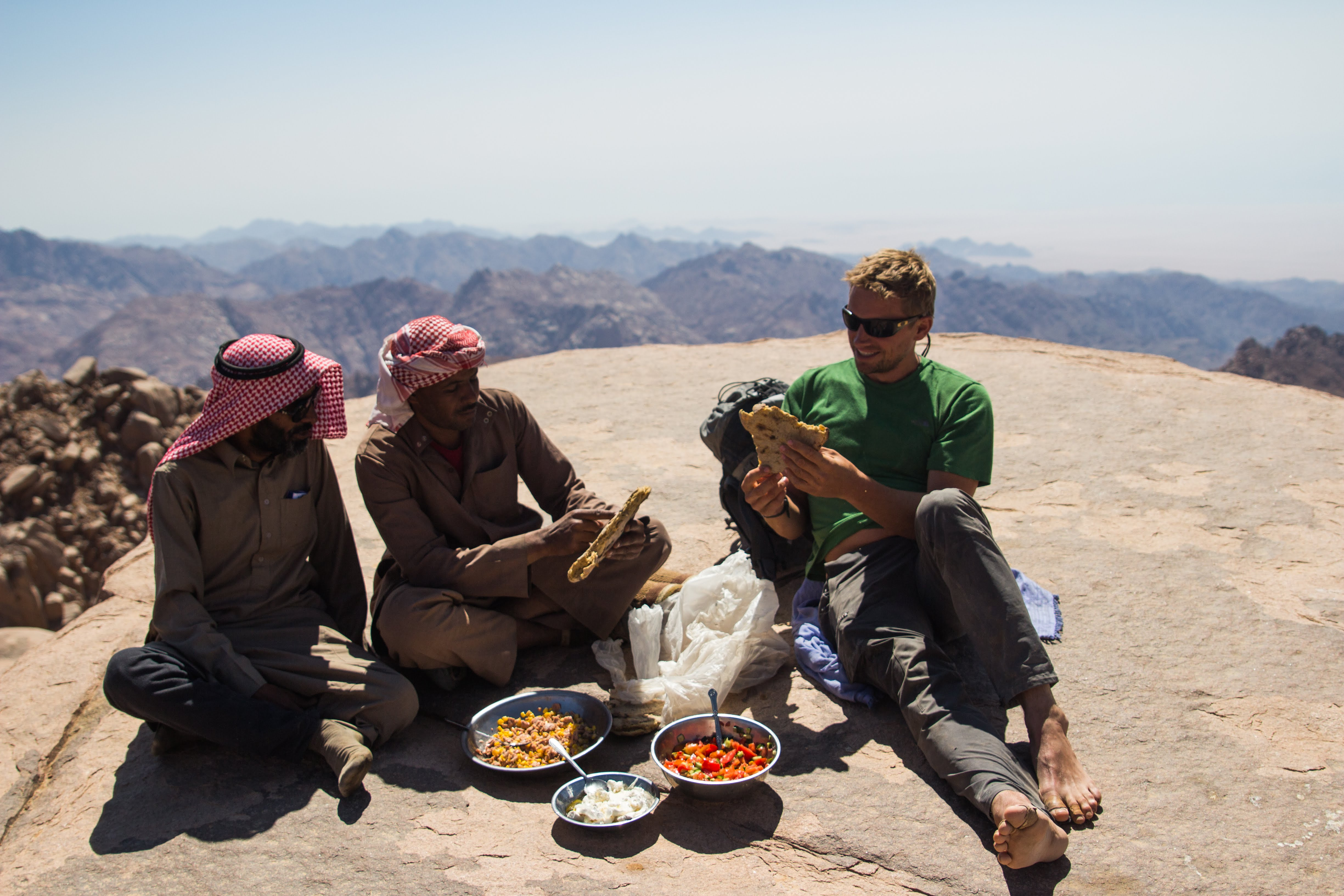 Dave Lucas makes time for lunch on expedition in the Sinai desert © Secret Compass